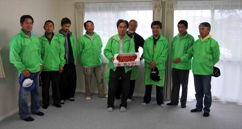 花苗のほかにメンバーが作った、ミニトマトまでプレゼント