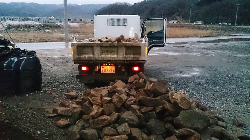 石巻大川地区長面浦番屋の石積み作業の準備_2015_2-19