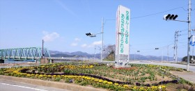 大川地区 釜谷入口の交差点花壇