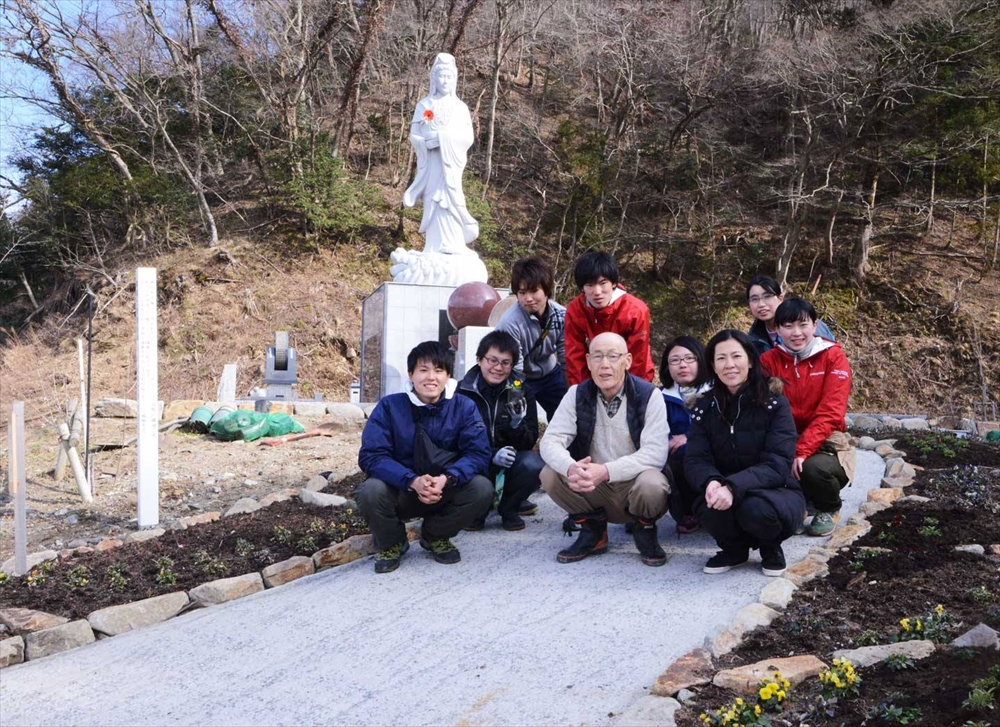 大川地区の慰霊碑花壇支援活動_2015_3-14