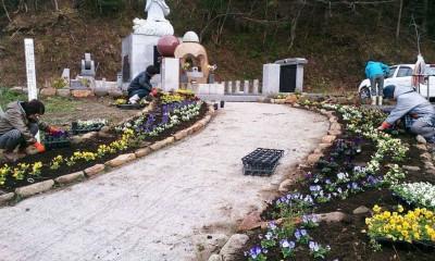 大川地区の慰霊碑前の花壇植付け