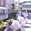 仙台市角五郎復興公営住宅花壇に草花の植え付け作業