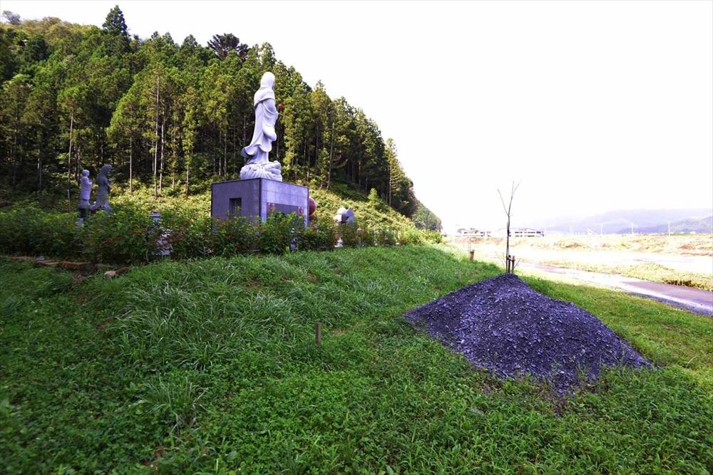 大川地区の慰霊碑の側面に植える作業打ち合わせ