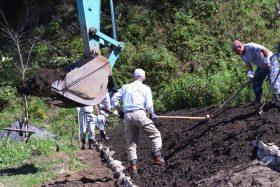 大川地区の慰霊碑へ芝桜を植える準備②
