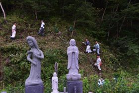 大川地区の慰霊碑へ芝桜の植え付け