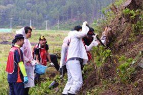 大川釜谷地区の慰霊碑での作業