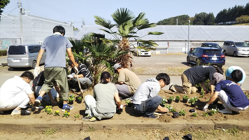 宮城県農業大学校で生徒達と花壇の整備